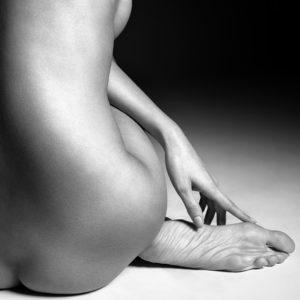 des jolis pieds en noir et blanc photographié par philippe kerlo avec la mannequin détails Romy Eisemberg