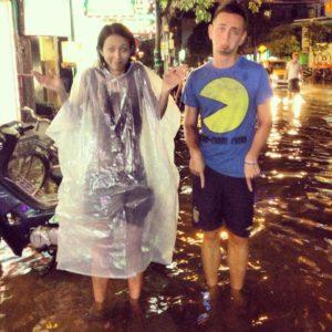 Romy et Roman au Vietnam, à Nha Trang, après la pluie, l'eau jusqu'aux genoux. Ils n'avaient pas prévu de k-way dans le sac du voyageur.