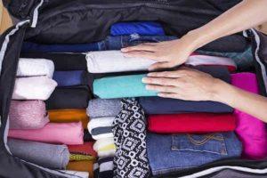 Le sac du voyageur. Astuce : rouler ses vêtements pour gagner de la place dans le sac.