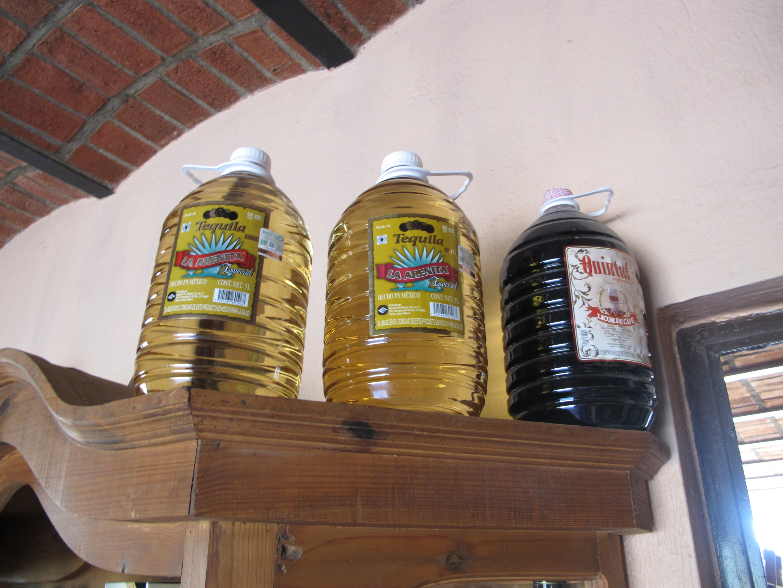 barils de tequila dans les maisons de la ville de Tequila, Jalisco, Mexique