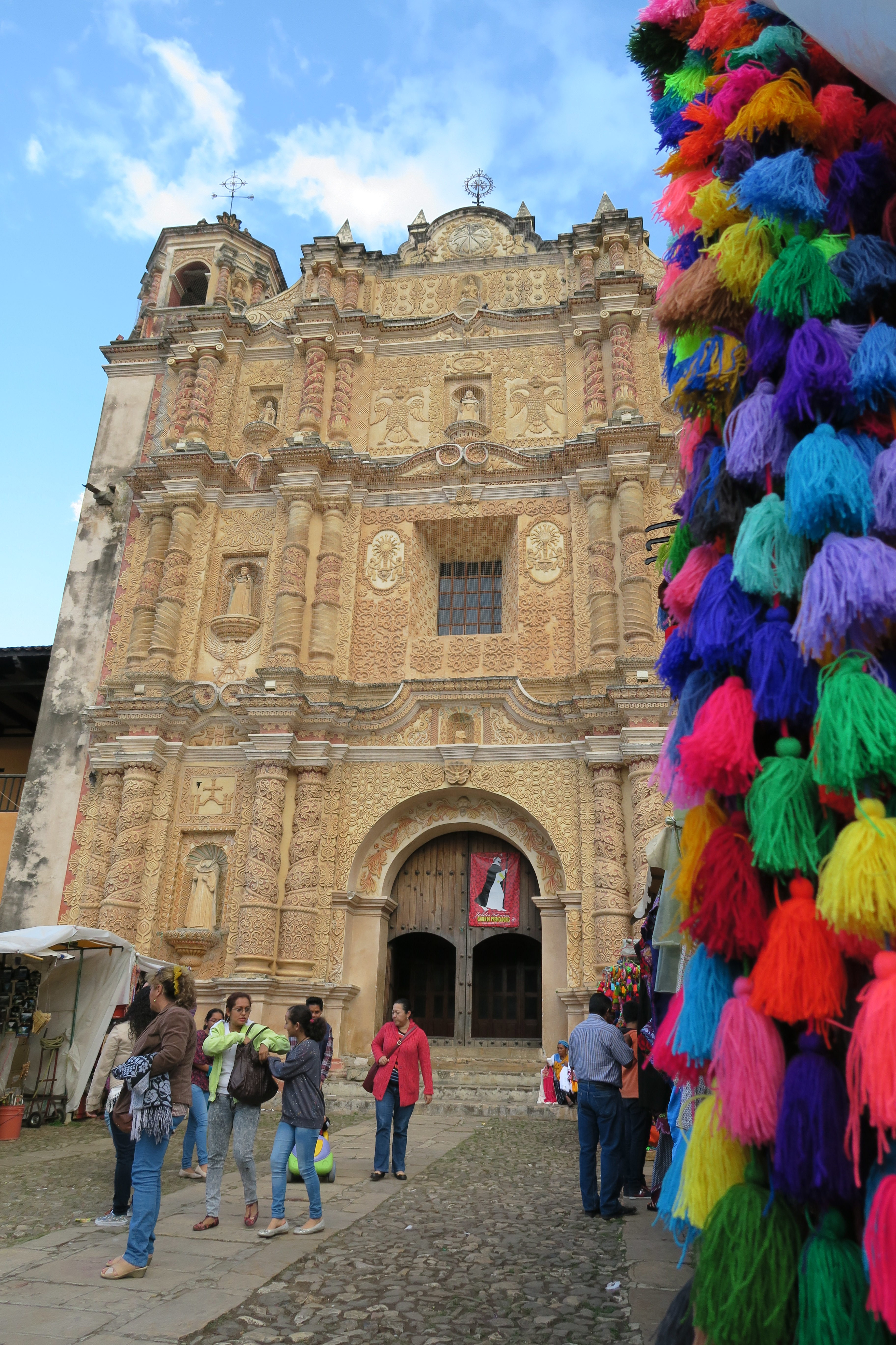 Entrée d'une église au style baroque de San Cristobal dans l'état de las Chiapas au Mexique