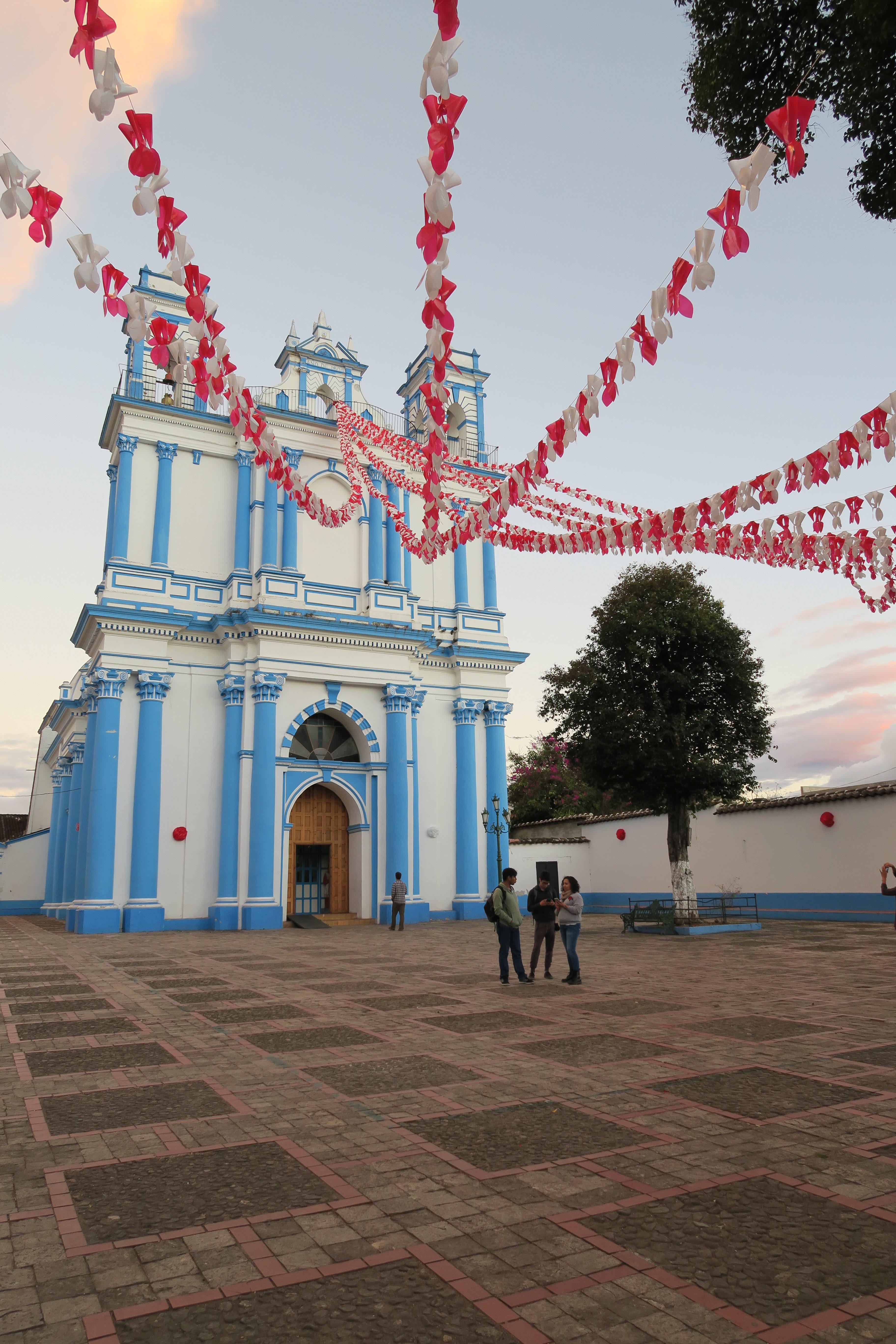 église aux murs bleus et blancs dans la ville de San Cristobal, las Chiapas, Mexique