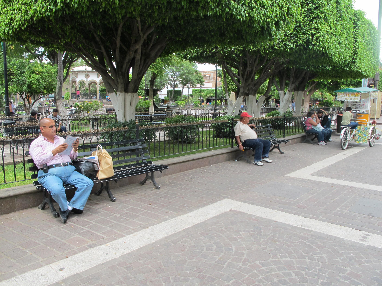 Des habitants prennent le temps de se balader dans le parc de Tlaquepaque à Guadalajara