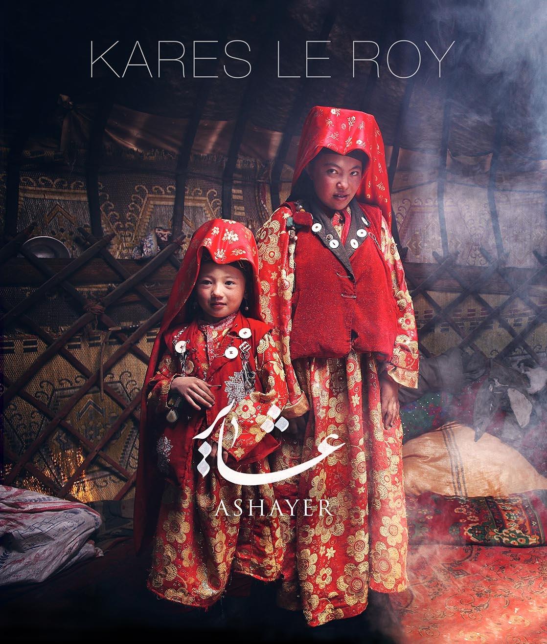 Couverture du livre Ashayer de Kares Le Roy, deux filles de la tribu des Kirghizes dans leur yourte, en tenue traditionnelle