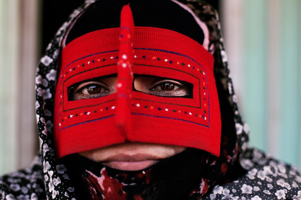 Portrait d'une femme qui porte un masque ethnique du sud de l'Iran, Minab, Bandari Burqa, extrait du livre 56000 kilomètres de Kares Leroy