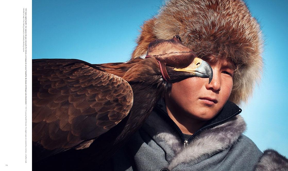 Portrait d'un jeune aiglier kazakh qui pose avec son aigle, qui a les yeux recouverts d'un tomoro, photo extraite du livre Ashayer, Nomades
