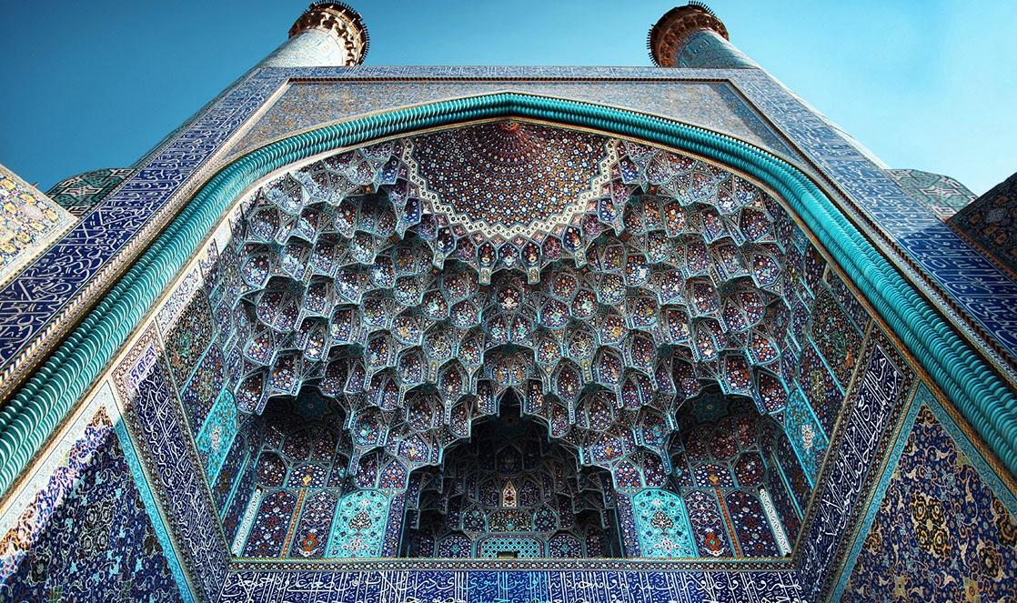 Façade de la mosquée du Chah à Ispahan en Iran, extrait du livre Ashayer, Nomades