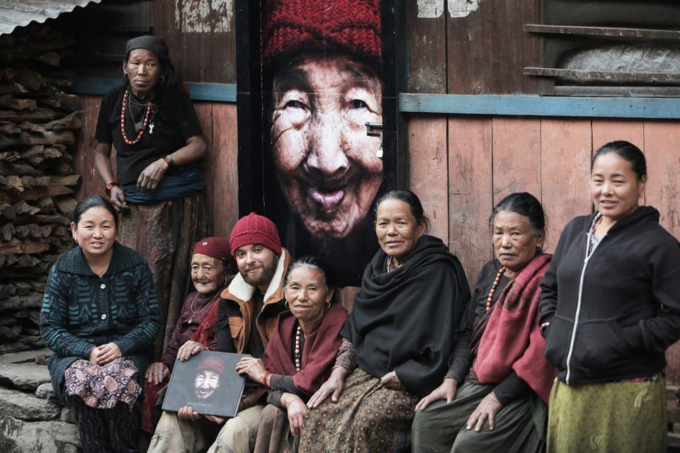 photo de Kares entouré de la famille de la dame qui a fait la couverture de son livre 56000 kilomètres au Népal