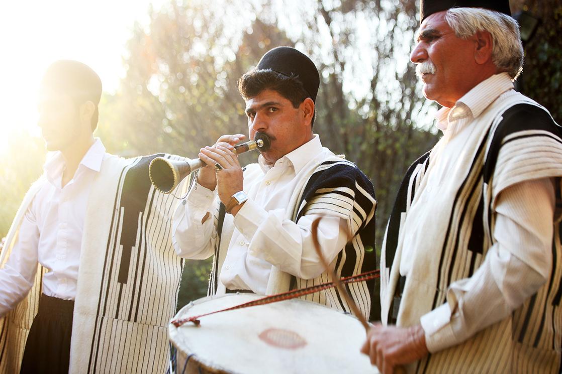 3 hommes de la tribu Bakhtiaris jouent de la musique pour les fêtes et mariages, vêtus de la traditionnelle Chugha, Iran, photo du livre Ashayer de Kares Leroy