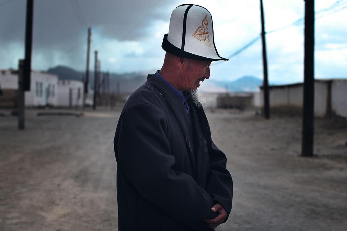 Portrait d'un homme dans un village du Tadjikistan, extrait du livre Ashayer de Kares Leroy