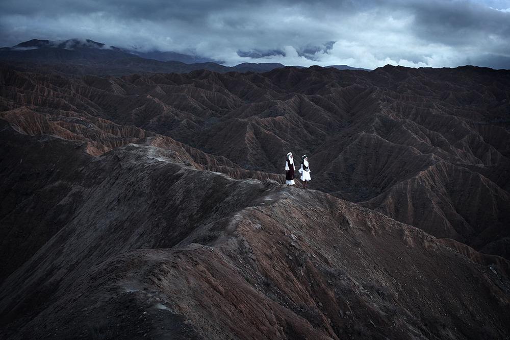 2 femmes au sommet d'une montagne au Kirghizistan, extrait du livre Ashayer sur les nomades de Kares Leroy