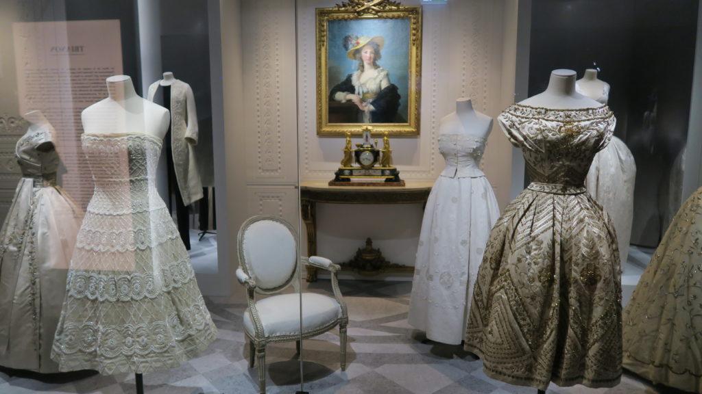 parcours par époque au sein de l'exposition Dior au musée de arts décoratifs