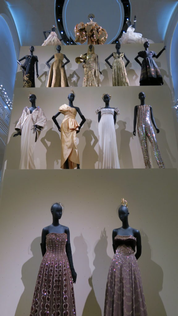 Galerie des robes Dior dans les tons dorés et blancs