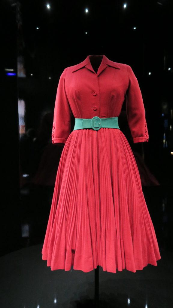 Robe rouge Dior avec une ceinture verte