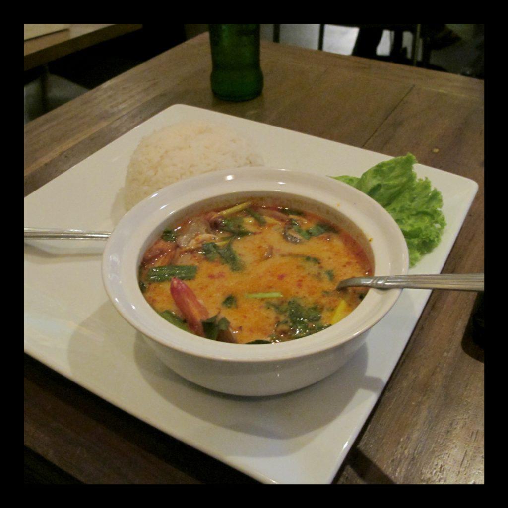 Tom yum kai, soupe citronnelle et crevettes, spécialité de la cuisine thaïlandaise