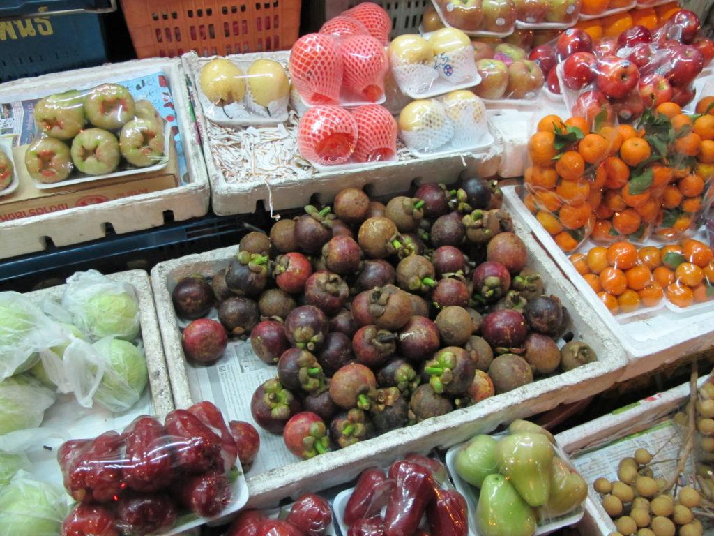 étale de fruits locaux, comme la mangoustan et les longanes