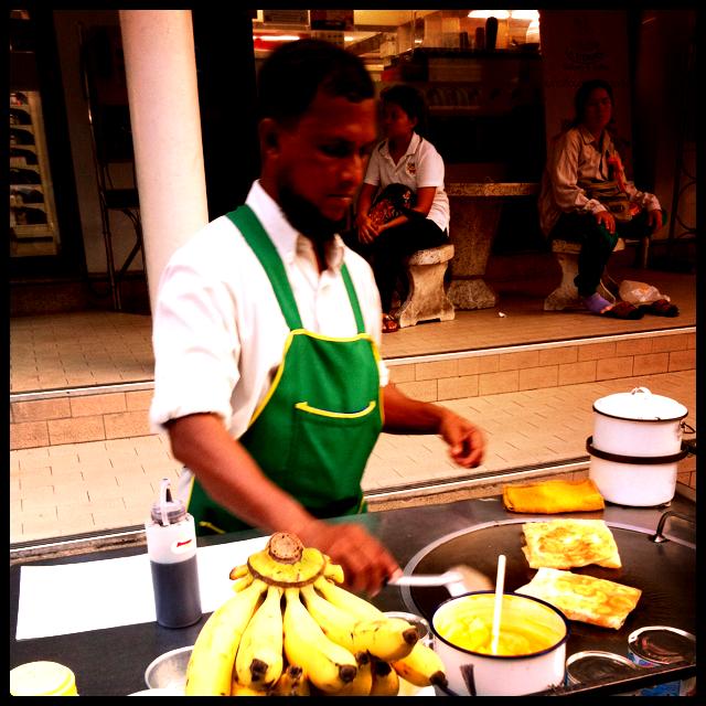 banana rotee, spécialité indienne servie dans les rues en Thaïlande, semblable à une crêpe