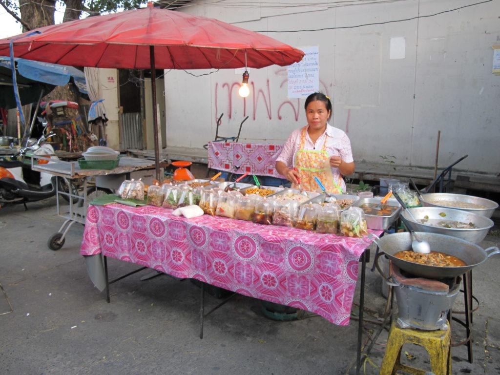 street food dans les rues de Bangkok, Thaïlande, qui vend de la cuisine thaïlandaise
