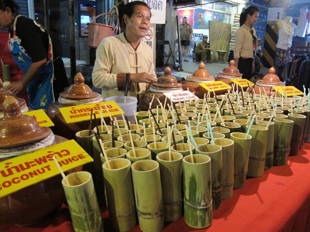 jus naturel de coco servi dans un verre en bambou pendant le week-end market à chiang mai, en Thaïlande