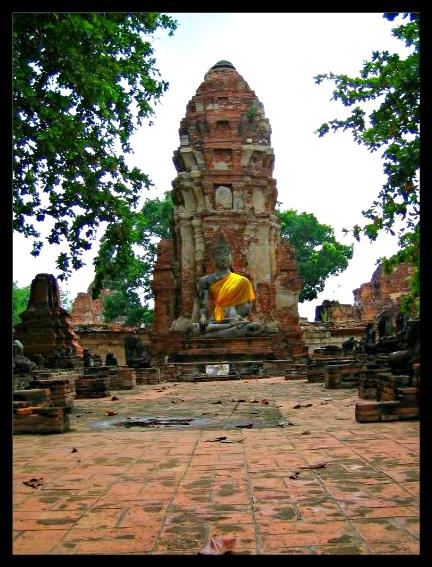 représentation de bouddha, couvert d'une écharpe orange, dans un temple d'Ayutthaya