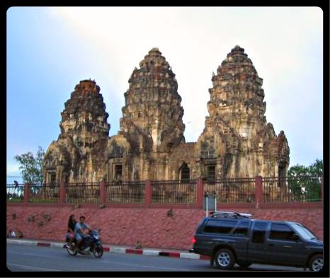 Temple Phra Prang Sam Yod en plein centre de la vieille ville de lopburi, envahi par les macaques