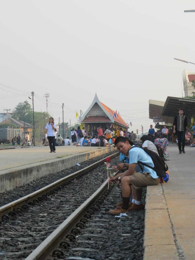 Les écoliers après l'école qui attendent le train à la gare de Lopburi le jour de la Saint Valentin, donc ils ont tous une rose ou un nounours