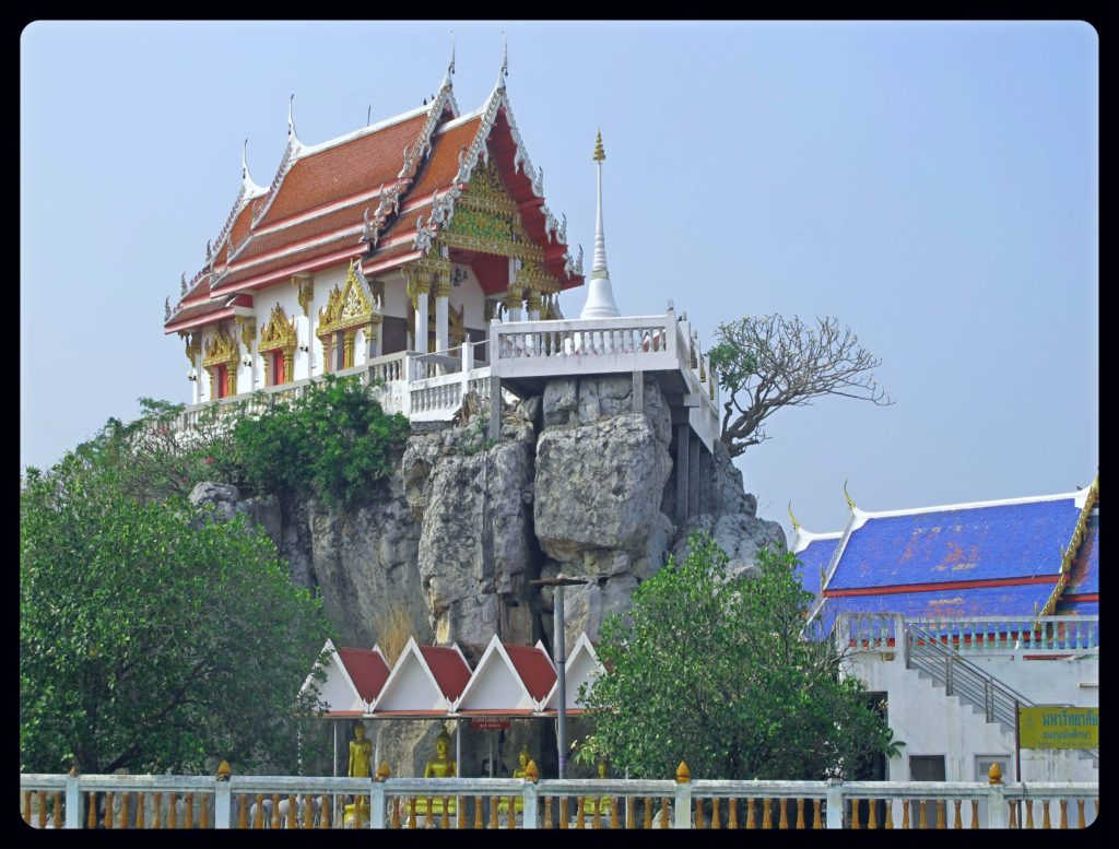 Temple bouddhiste établi sur les hauteurs d'une colline en Thaïlande