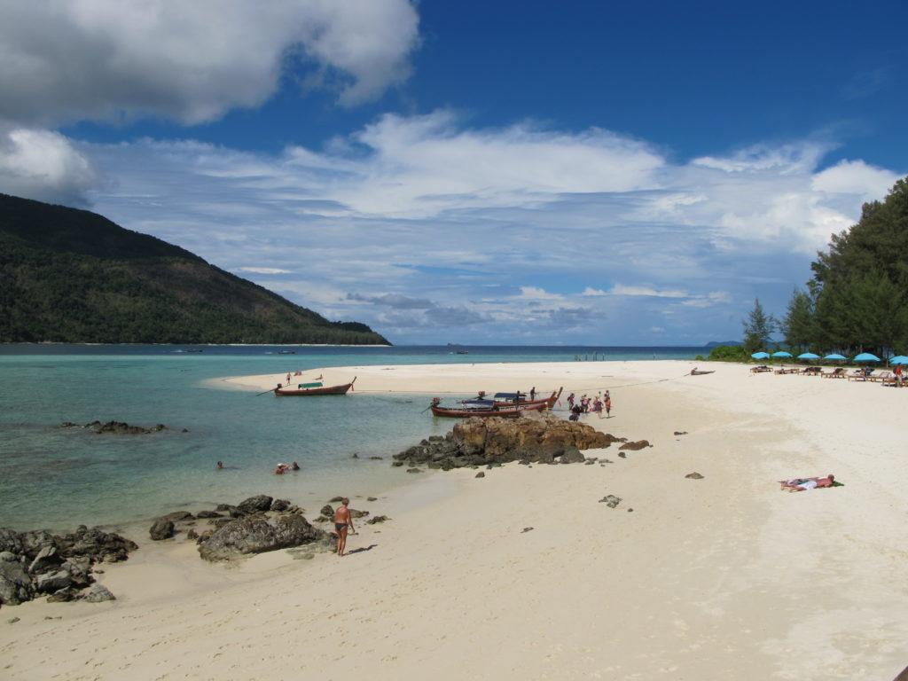 Vue sur la plage depuis l'hôtel Mountain Resort à koh lipe