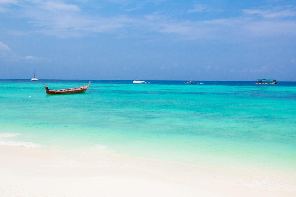 Superbe eau cristalline de la plage de Sunset Beach sur l'île de Koh Lipe en Thaïlande