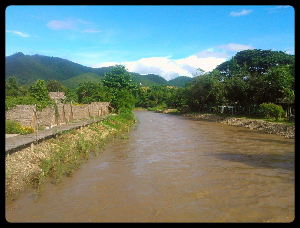 photo de la rivière qui traverse le village de Pai en Thaïlande