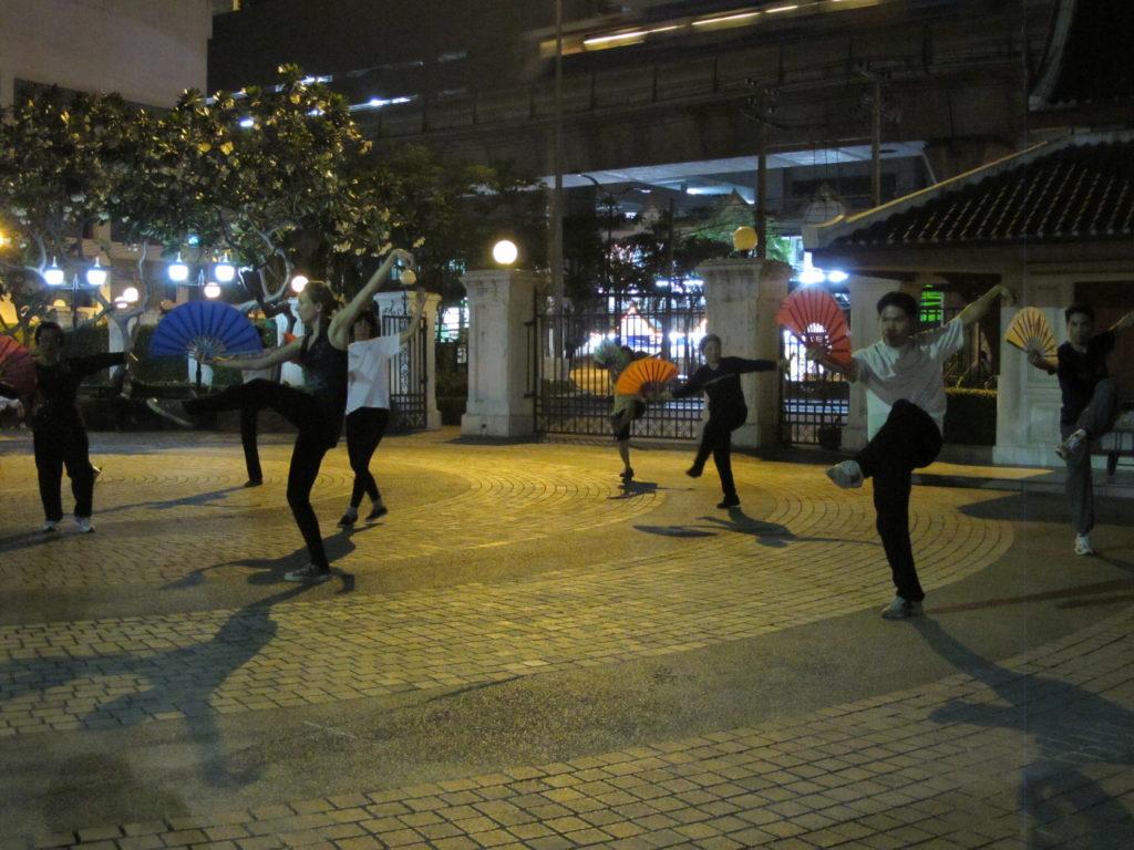 Entrainement de Kung-fu dans un parc de Sukhumvit