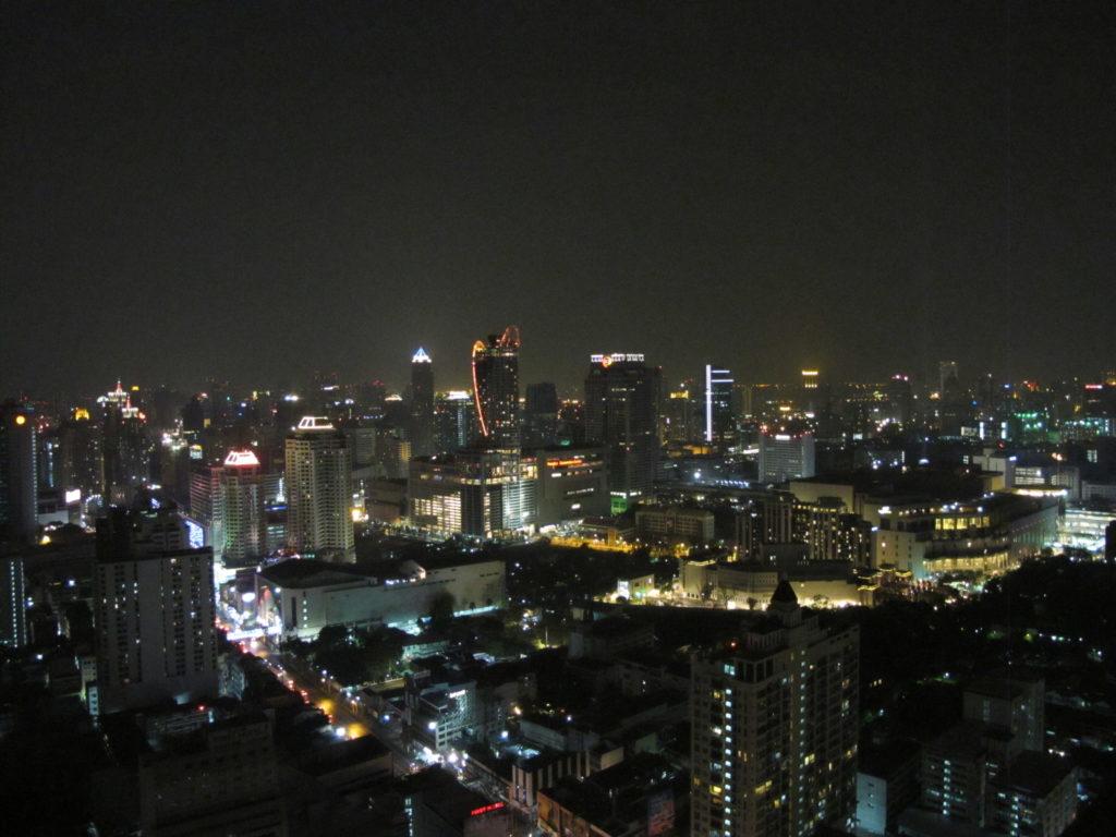 Vue de nuit sur la ville de Bangkok depuis un gratte-ciel