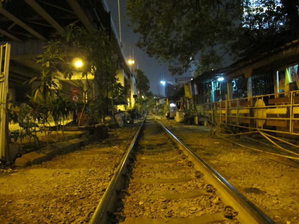 photo de nuit du chemin de fer qui traverse la ville de Bangkok