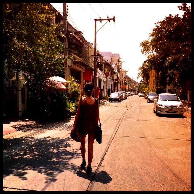Romy perdue dans les rues de Bangkok