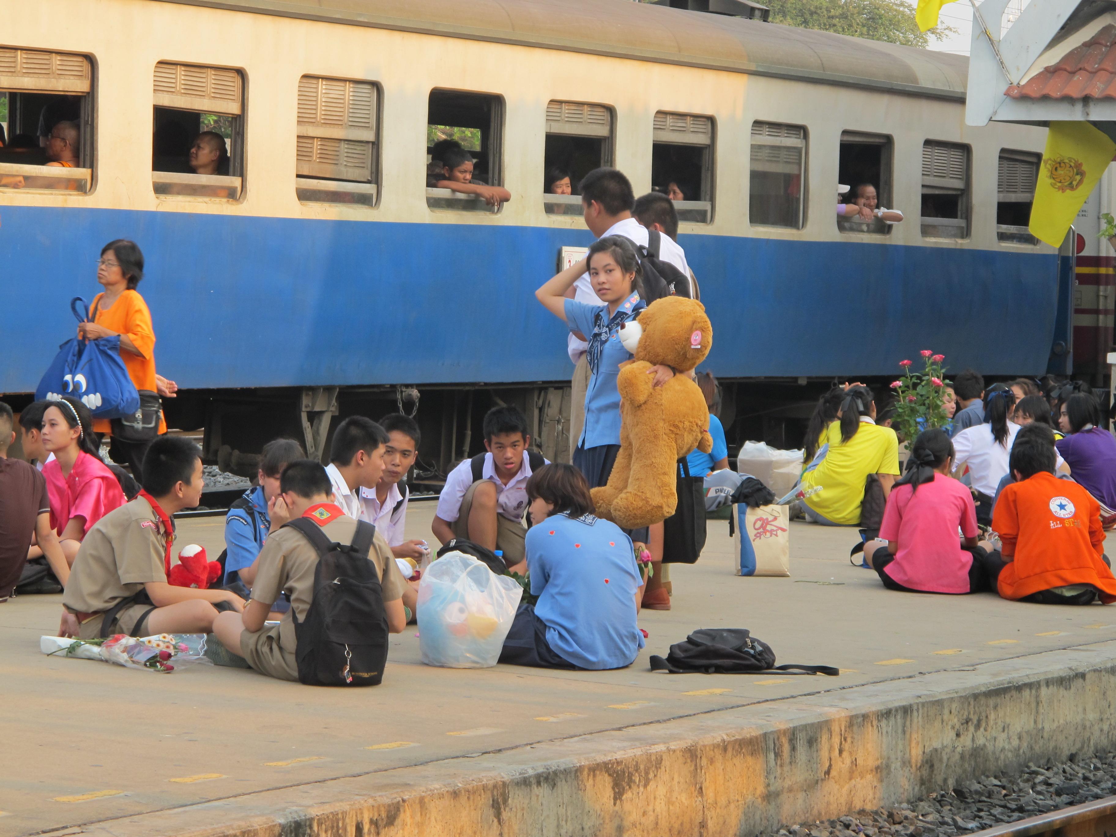 photo des étudiants qui sortent de l'école le jour de la Saint Valentin, à Lopburi en Thaïlande