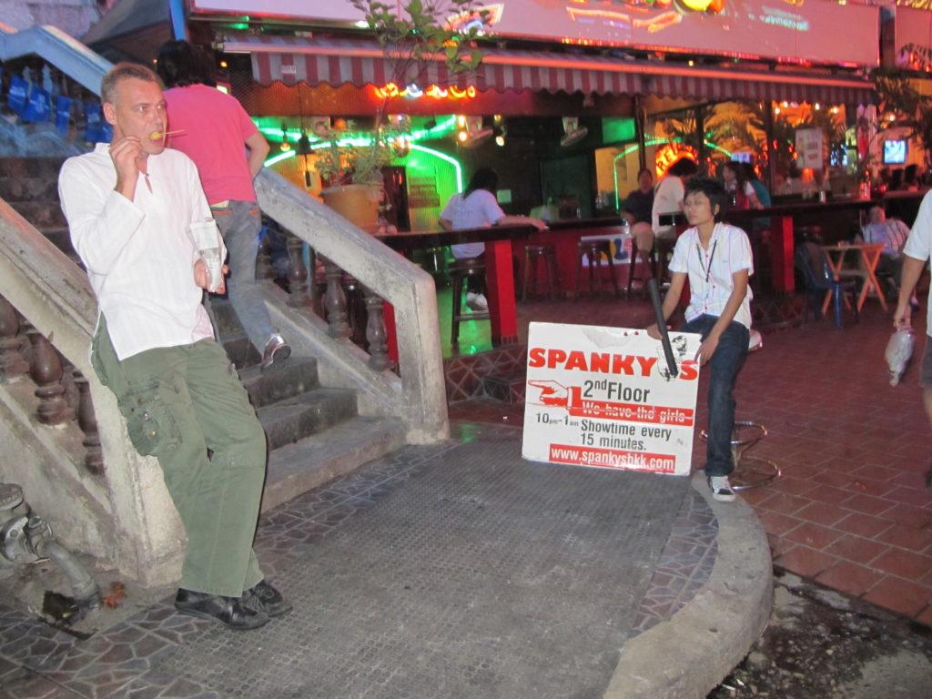 photo d'un touriste dans le quartier de nana connu pour être celui des prostituées et des labyboys, près de sukhumvit. Fessée
