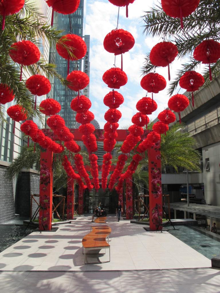 allée d'arrivée à l'entrée du Siam Paragon à Bangkok avec une décoration de lanternes rouges à l'occasion du nouvel an chinois.