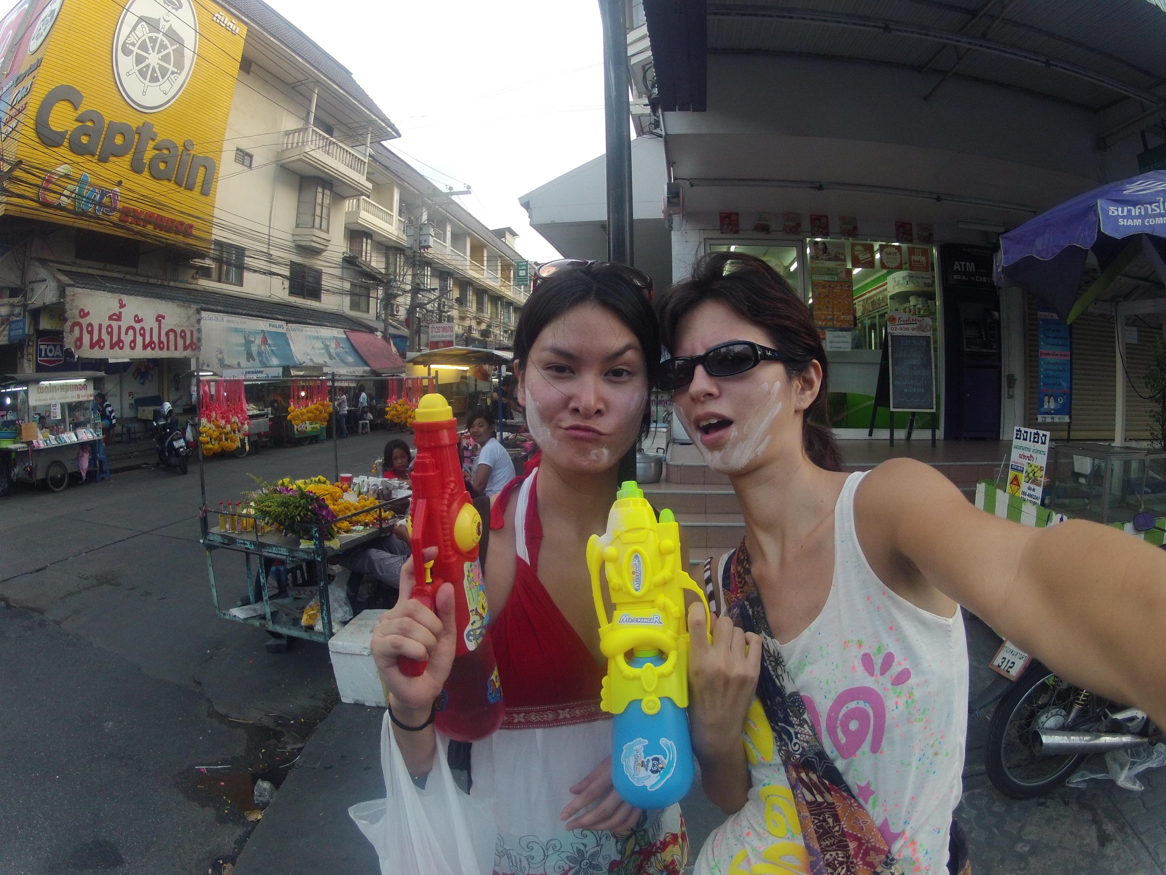 Romy et Crystelle quitte Town-in-town en direction du centre ville de Bangkok pour une bataille d'eau géante pour Songkran
