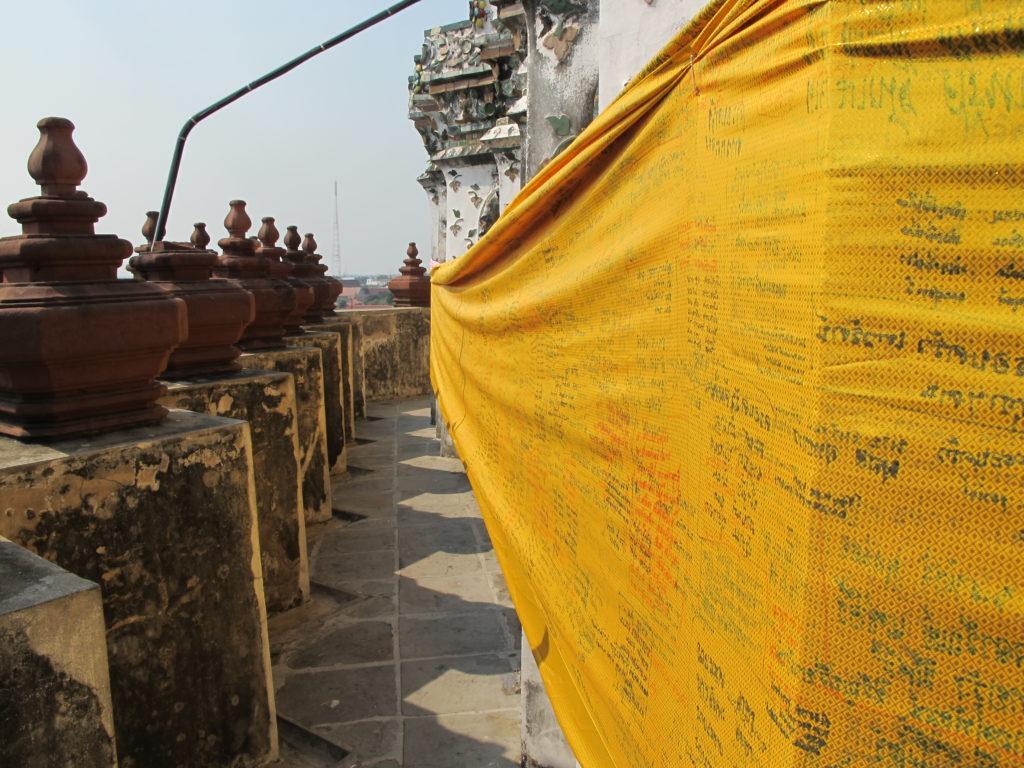 Parcours de prière au sein du Wat Arun. Un tissu jaune recouvre les murs