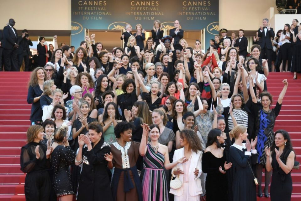 Thierry Frémeaux et Pierre Lescure ont invité 82 femmes travaillant dans le cinéma à monter sur les marches du palais de Cannes et à poser ensemble : pure hypocrisie. Le festival sélectionne toujours aussi peu de femmes en compétition...