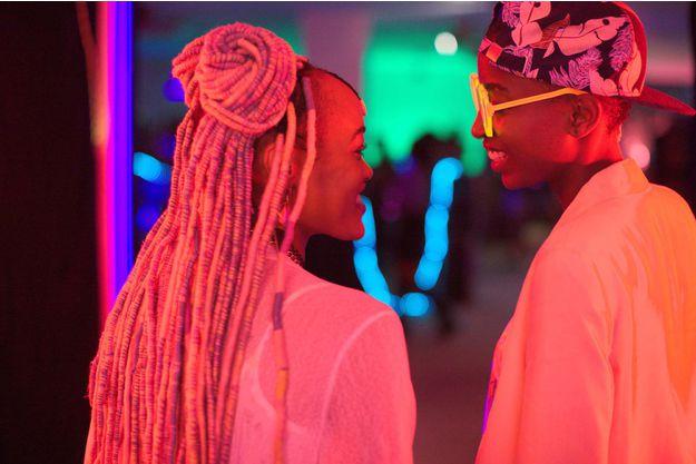 rafiki - ami, film de la réalisatrice kenyanne  Wanuri Kahiu. Histoire d'amour lesbien à Nairobi. Inspiré du libre Jambula Tree de Monica Arac de Nyeko. Présenté dans la section Un Certain Regard au Festival de Cannes 2018. Avec Samantha Mugatsia et Sheila Munyiva.