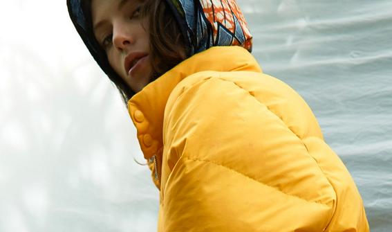 capuche à mémé en wax assorti avec un manteau jaune