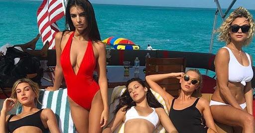 mannequin en 2020 avec les filles du fyre festival