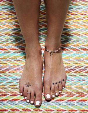 édito du magazine Elle sur le thème des jolis pieds pour l'été avec le mannequin détail Romy Eisemberg