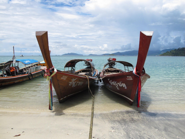 bateaux de pêcheurs amarrés sur la plage de koh lipe
